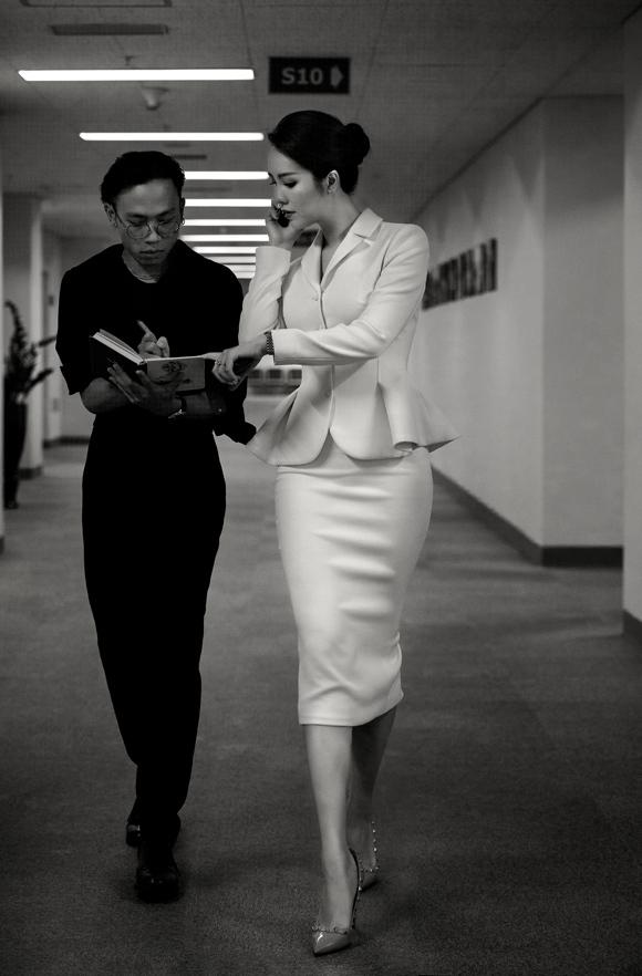 Á hậu Thụy Vân đầu tư váy áo dẫn chương trình - 4