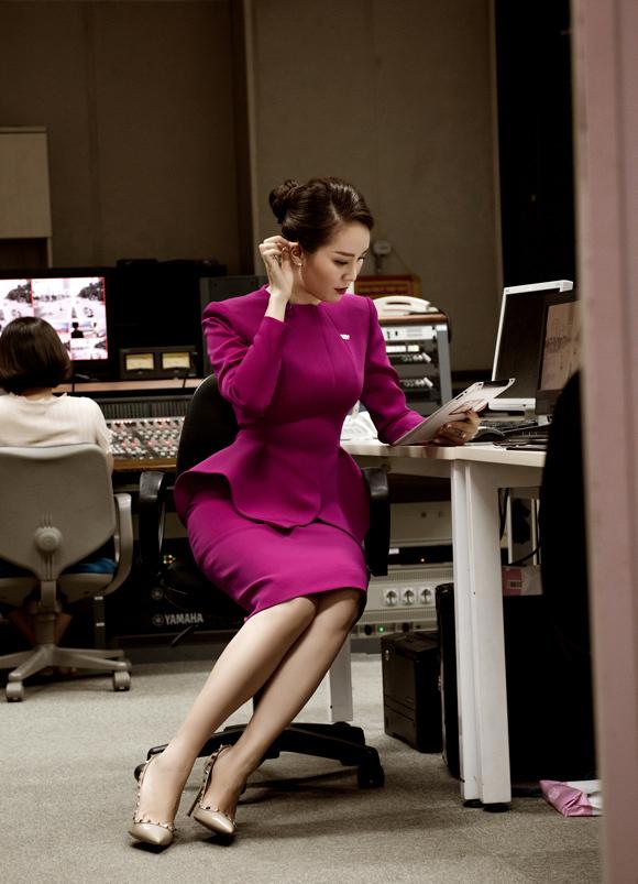 Á hậu Thụy Vân đầu tư váy áo dẫn chương trình - 5