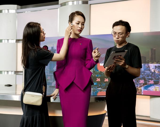 Á hậu Thụy Vân đầu tư váy áo dẫn chương trình - 6