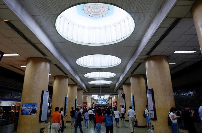 Ga tàu điện ngầm ở Bắc Kinh. Ảnh Vi Yến