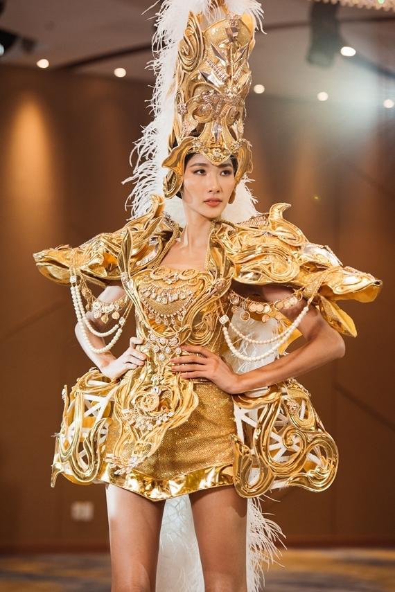 Dù có kinh nghiệm nhiều năm trên sàn catwalk, Hoàng Thùy gặp khó khăn khi nhận thử thách trình diễn trang phục dân tộc. Bộ quốc phục to cồng kềnh kết hợp đôi giày cao khiến cô suýt ngã khi bước xuống từ bậc cầu thang. Siêu mẫu Võ Hoàng Yến không hài lòng về màn trình diễn.