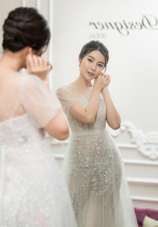 Năm 2019, sau thành công của vaiMợ Hai trong phim truyền hình Tiếng sét trong mưa, cô càng trở nên đắt show quảng cáo và dự sự kiện. Bên cạnh đó, cô còn được chú ý nhờ vai tiểu tam trong phim Bán chồng trên sóng VTV.