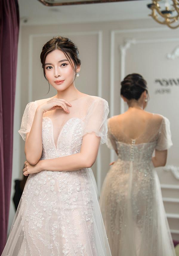 Cao Thái Hà sinh năm 1990, từng tham gia các phim: Hậu duệ mặt trời phiên bản Việt, Bão ngầm, Đồng tiền quỷ ám...