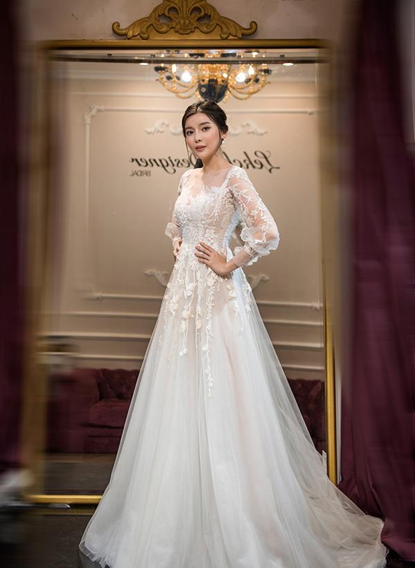 Tại buổi thử đồ, cô khoác lên mình nhiều kiểu dáng áo cưới.