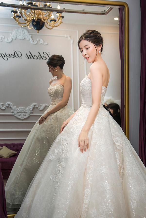 Khoác lên mình những bộ áo cưới dáng xoè, Cao Thái Hà trông như một nàng công chúa.