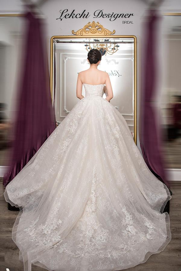 Tà váy thướt tha giúp bước chân của người đẹp thêm uyển chuyển.