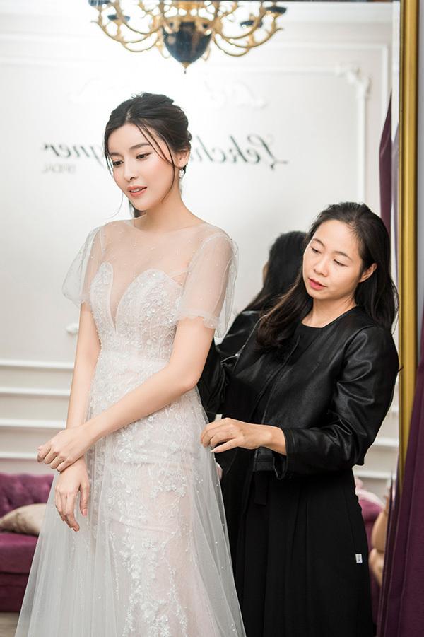 Để chuẩn bị cho lần tái xuất sàn catwalk, Cao Thái Hà chuẩn bị rất kỹ lưỡng. Dù rất bận rộn với việc đóng phim, cô vẫn dành thời gian ra Hà Nội từ sớm để đến thử đồ cùng nhà thiết kế Lek Chi.