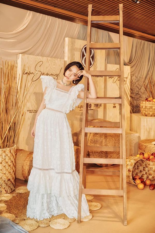 Khi diện váy maxi ren màu trắng, Châu Bùi vẫn toát lên vẻ cá tính với mái tóc ngắn và phụ kiện to bản.