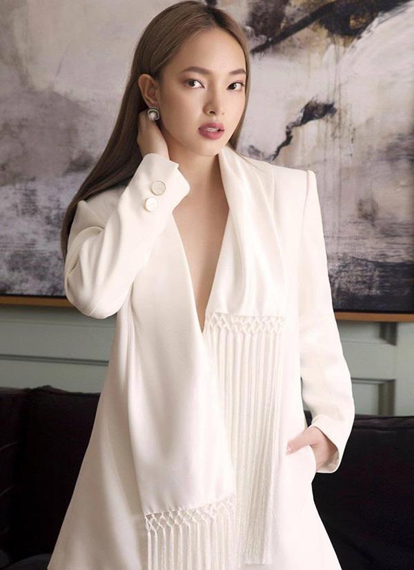 Ở sự kiện đòi hỏi sự sang trọng, Châu Bùi mặc váy trắng trơn để lộ vòng một lấp ló, để tóc thẳng, trang điểm kiểu cổ điển và kết hợp với khuyên tai ngọc trai màu đồng điệu với trang phục.