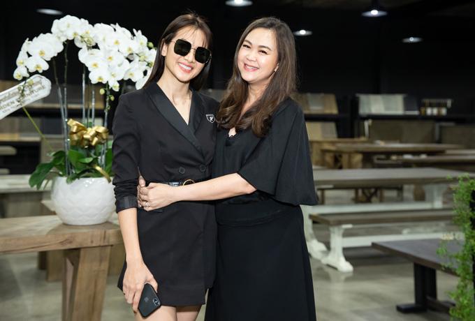 Người mẫu Anh Thư cũng đến tham dự sự kiện để chúc mừng đồng nghiệp.