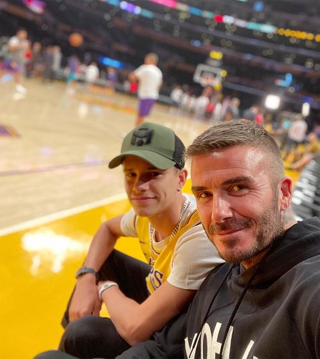Trên Instagam, cả Becks và Romeo đều đăng ảnh và chia sẻ cảm nghĩ sau khi đi xem bóng rổ. Một buổi tối vui vẻ ở Lakers như mọi khi. Chết tiệt thật, tôi nhớ những buổi như này lắm, cựu tiền vệ MU viết. Trong khi đó, cậu hai Romeo cảm ơn bố vì đã đưa đi xem bóng rổ cùng.