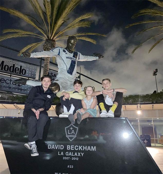Trước đó, vợ chồng Becks đưa 4 con tới chụp ảnh kỷ niệm ở nơi đặt tượng Becks bên ngoài SVĐ của LA Galaxy. Hồi tháng ba, Brooklyn, Romeo, Cruz và Harper không có mặt trong buổi ra mắt tượng của bố.