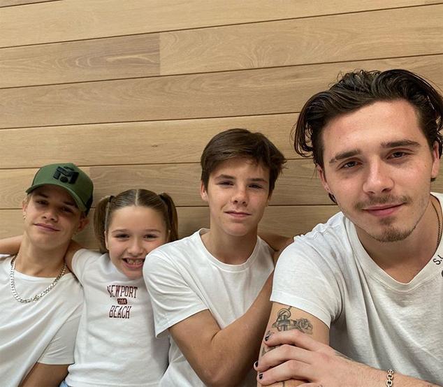 Trong khi đó, Vic đăng ảnh 4 con mặc áo phông trắng tình cảm bên nhau.