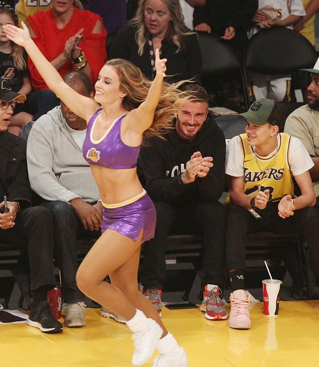 Hai bố con cổ vũ hết mình cho đội bóng rổ LA Lakers yêu thích.