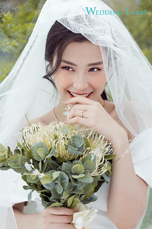 Đông Nhithừa nhận dù đãchụp ảnh với Ông Cao Thắng rất nhiều, thậm chí cả hai còn từng mặc lễ phụcnhưng khi thực hiện những shoot hình cưới thật sự, ghi lại chặng đường 10 năm yêu nhau, cô không giấu được sự hồi hộp xen lẫn hạnh phúc.