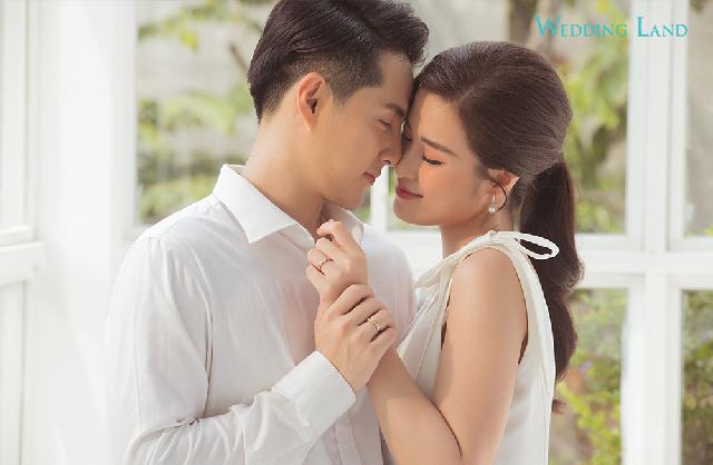 Sau đó, cặp sao còn xuất hiện trong màn cầu hôn với 99 cặp bạn trẻ khác và biểu diễn cùng nhau tối 19/10 tại Tuần lễ trang sức DOJI ở Hà Nội.