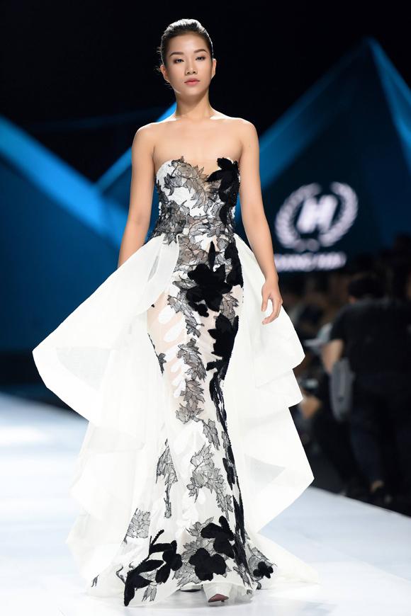Cách pha trộn chất liệu nhuần nhuyễn thổi làn gió sinh động lên từng tác phẩm, khiến dáng váy quen thuộc trở nên mới mẻ hơn.