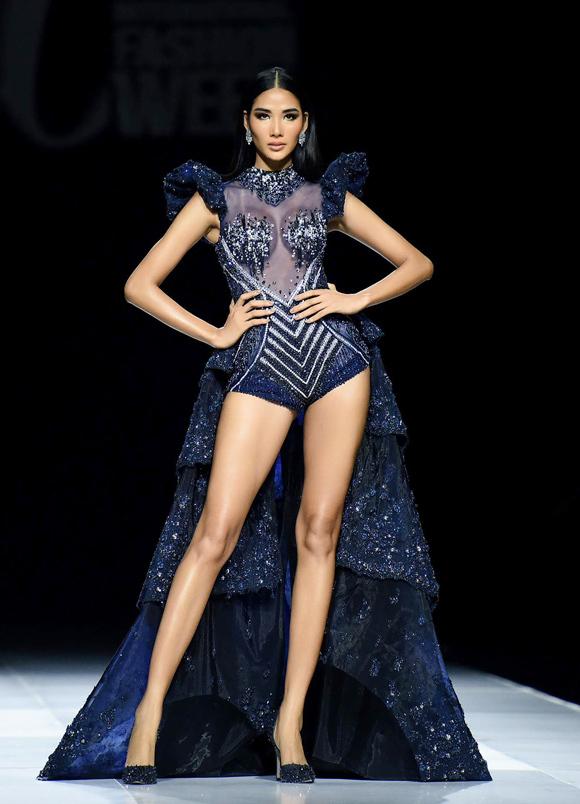 Mở màn show Hoàng Hải, Hoàng Thùy khoe đôi chân thon thả với mẫu bodysuit xuyên thấu sexy kèm vạt dài quét đất. Thần thái kiêu kỳ, cuốn hút của cô nhận được sự cổ vũ nồng nhiệt từ khán giả.