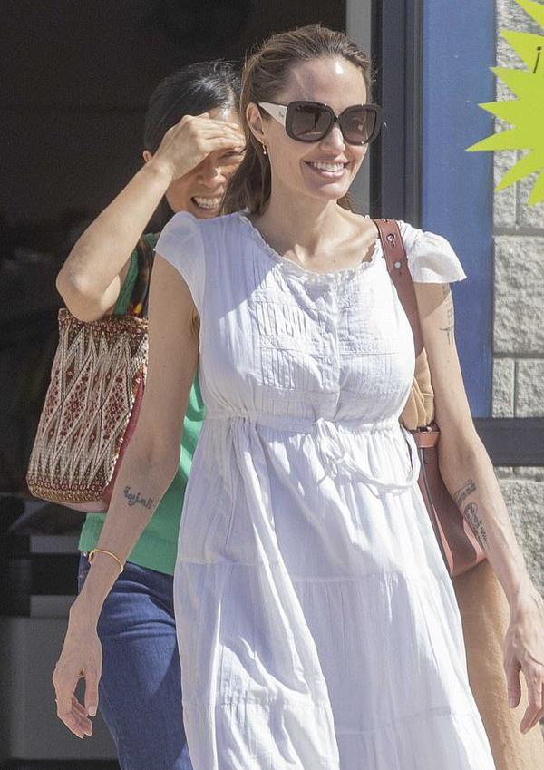 Angelina Jolie vui vẻ tản bộ ở đảo Fuerteventura, Tây Ban Nha hôm 29/10. Nữ diễn viên 44 tuổi tới đây để quay phim siêu anh hùng The Eternals của vũ trụ điện ảnh Marvel.