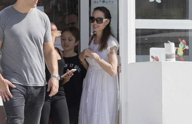 Khác với hình ảnh dịu dàng khi làm mẹ, Jolie trong công việc luôn mạnh mẽ hết mình. Cô tập võ, múa kiếm cùng nhiều môn khác để ren luyện thể lực, sự dẻo dai cùng kỹ thuật chiến đấu cho bộ phim hành động The Eternals. Nữ minh tinh cho biết, cô sẽ cố gắng hết mình để không phụ lòng mong đợi của các fan Marvel.
