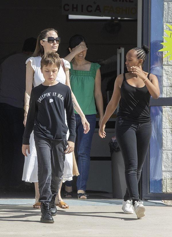Con trai út Knox (trái) và cô con gái nuôi Zahara (phải) đi cùng mẹ.