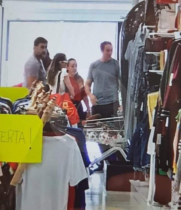 Bà Smith tranh thủ đi mua đồ vào ngày nghỉ quay phim.
