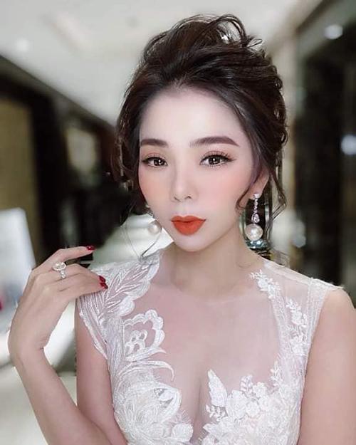 Ca sĩ Lệ Quyên hóa cô dâu trong show của NTK Hoàng Hải.