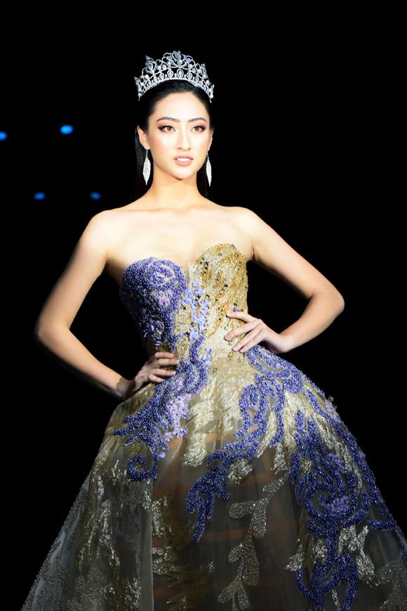 Hoa hậu Thế giới Việt Nam 2019 trình diễn bộ đầm xòe rộng đậm chất cổ tích, thêu đính họa tiết pha màu xanh - ánh kim lộng lẫy.