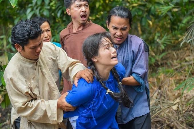 Nhật Kim Anh có nhiều cảnh bị tra tấn.