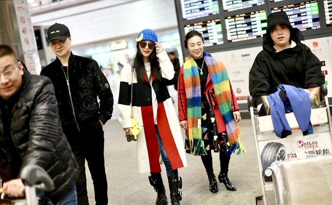 Phạm Băng Băng cùng bố mẹ xuất hiện ởsân bay Bắc Kinh tối 29/10. Nữ diễn viên ăn mặc nổi bật và phong cách, trông như đi trình diễn thời trang. Mẹ cô bên cạnh cũng điệu đà không kém. Một nguồn tin cho hay Băng Băng và mẹ sang Nhật du lịch và vừa trở về, bố cô trực tiếp ra sân bay đón.