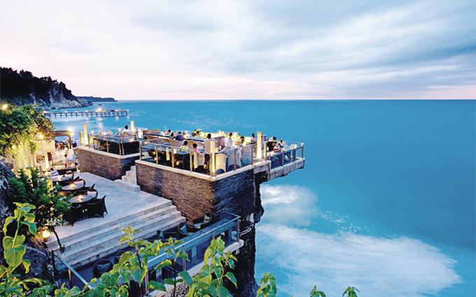 du khách có thể ghé qua Rock bar - một trong những quán bar nổi tiếng nhất thế giới, tọa lạc trên một mỏm đá thấp ngay trước biển, cũng từng lọt vào nhiều danh sách bình chọn của các chuyên trang du lịch.