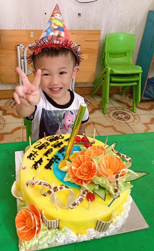 Bé Đông Hải (3 tuổi)- con chung của Hiệp Gà và Diệu Thúy.
