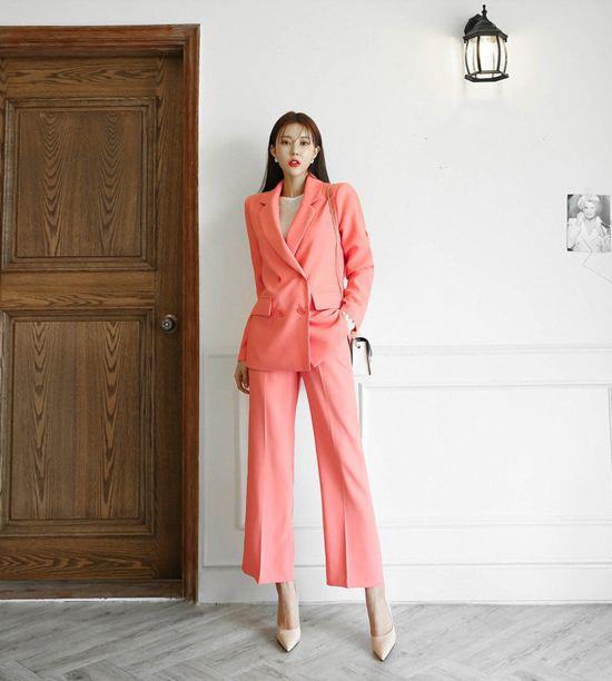 Cùng với các mẫu blazer, vest tiện lợi mix cùng các kiểu quần và chân váy là trang phục suit hiện đại.