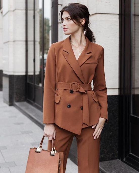 Blazer, suit và vest phom dáng quen thuộc bỗng lạ mắt và mới mẻ hơn nhờ cách bố trí đai lưng vải, dây lưng da đi kèm.