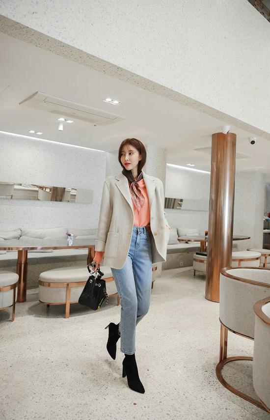 Vest mang hơi hướng vintage vẫn có thể kết hợp cùng áo thun, quần jeans để tăng độ năng động và thanh lịch cho phái đẹp.