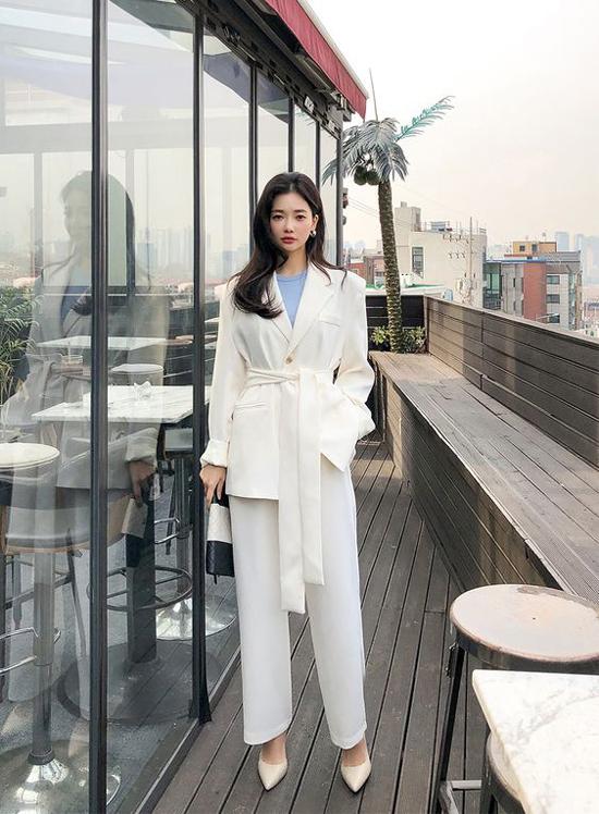 Nếu không thích phong cách vintage với các mẫu áo blazer mang hơi hướng cổ điển thì các nàng có thể chọn vest đi kèm đai lưng.