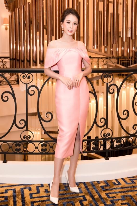 Sinh nhật năm nay, nữ diễn viên gần như phải đón tuổi mới ở phim trường vì lịch ghi hình dày đặc. Cô diện váy hồng ngọt ngào khi làm MC cho chương trình 100 giây rực rỡ.