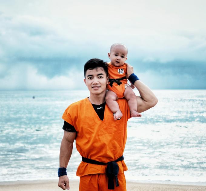 Trong dịp du lịch biển, Phước Hưng diện đồ đôi với con trai, đều hóa thân thành Songoku trong bộ truyện tranh 7 viên ngọc rồng mà anh rất thích. Anh cho biết bé Heo rất hợp tác khi chụp ảnh với bố mẹ.