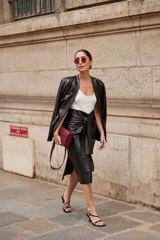 Da bê, da tổng hợp được dùng để mang tới các mẫu váy thắt eo độc đáo và tăng sự phá cách cho phái đẹp khi mix đồ.