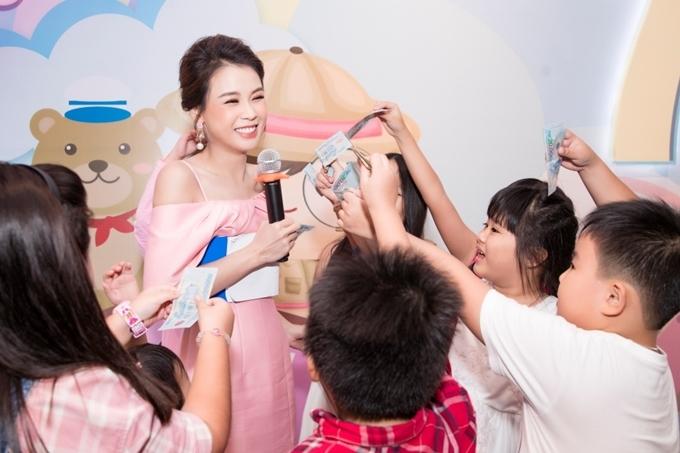 Nhiều em nhỏ hào hứng lên sân khấu tham gia trò chơi cùng Sam.