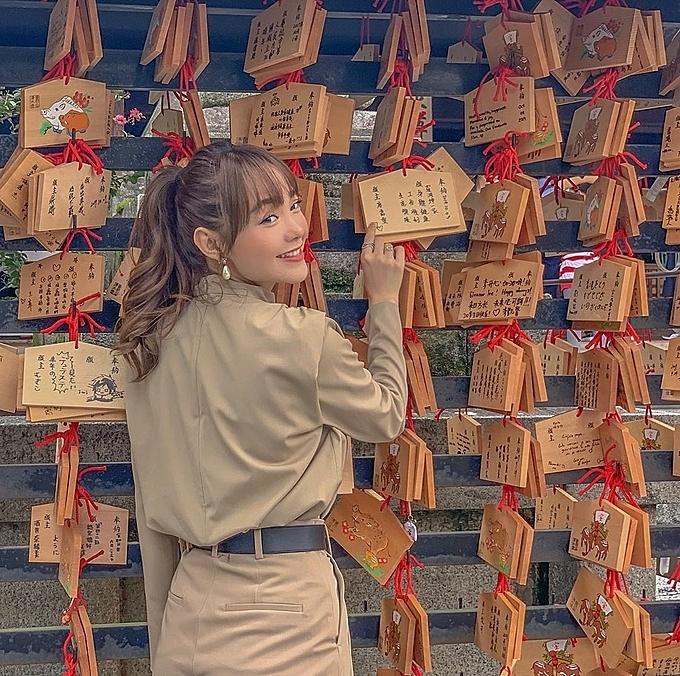 Đầu tháng 10, ca sĩ Minh Hằng viếng thăm ngôi đền Kiyomizu-dera nổi tiếng Nhật Bản. Cô tiết lộ, đây là nơi mình ghé qua nhiều lần trong chuyến đi này vì có duyên: một lần thì mưa tầm tã, một lần thì nắng xối xả nhưng lần nào cũng thấy du khách đếnđông nghẹt. Cuối tháng, Minh Hằng lạitận hưởng kỳ nghỉ ở Singapore.