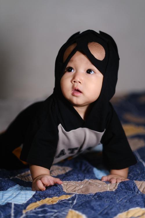 Bố Hưng gọi con trai 7 tháng tuổi của mình là batbaby (ông trộm sữa)thay vì người dơi vì gương mặt kháu khỉnh, đáng yêu của Khánh Minh.