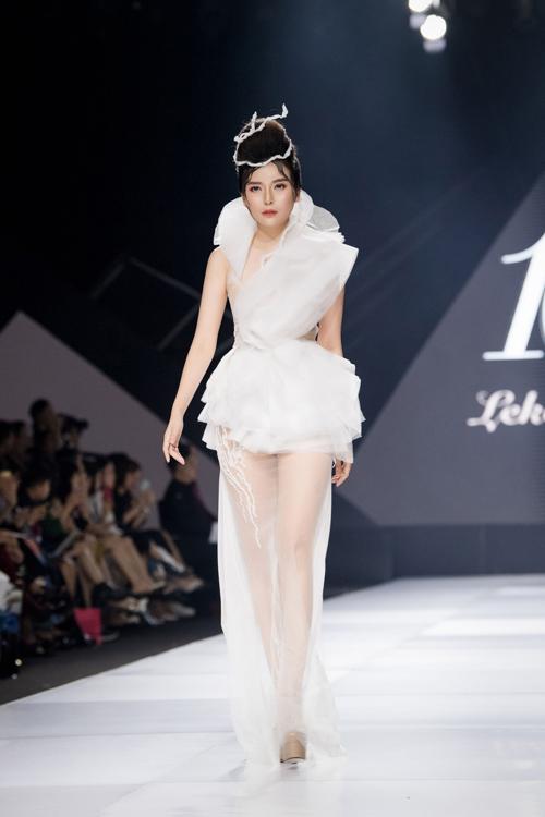 Nữ diễn viên Cao Thái Hà là first face mở màn cho bộ sưu tập.Ở bộ sưu tập lần này, Lek Chi tự đặt ra thử thách cho bản thân để mang đến những bộ đầm cưới đặc sắc, phá cách cho cô dâu, thể hiện sự bắt kịp nhịp chảy thời trang tinh giản, đề cao sự tiện dụng thông qua các bộ jumpsuit, váy cưới phom dáng hiện đại.