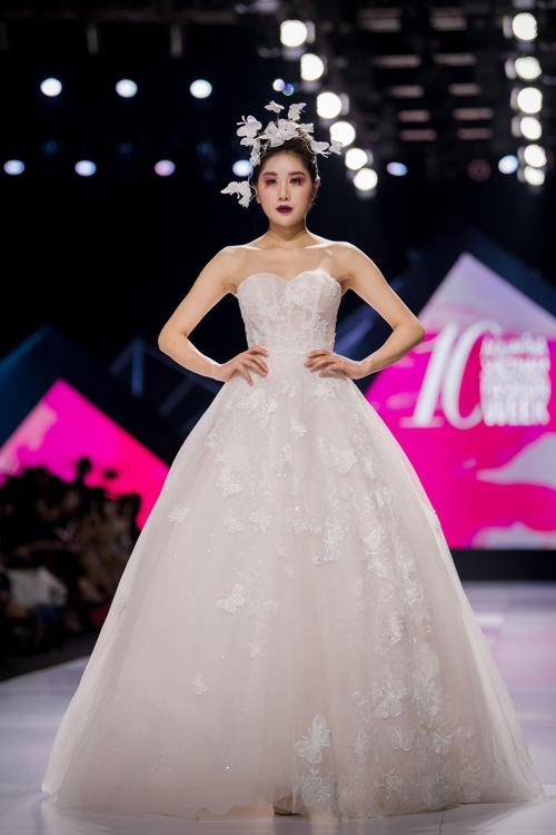 Linh Rin làm vedette show Lek Chi - page 2