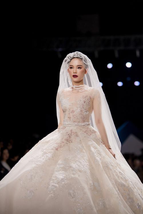 Mỗi tấm áo cưới của NTK Lek Chi trong bộ sưu tập mùa thu đông 2019 đều có một câu chuyện khác biệt, được lấy cảm hứng từ sự say nồng trong tình yêu, các cung bậc cảm xúc mạnh mẽ mà nàng dâu trải qua khi nhớ thương một người.