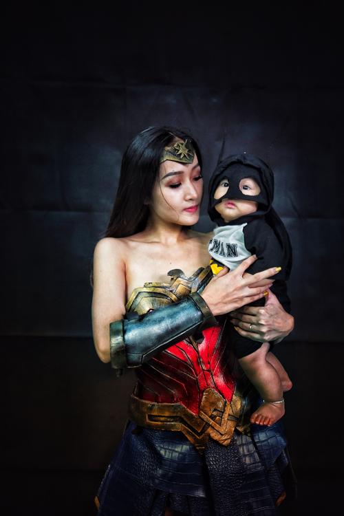 Nếu bố là siêu nhân Superman thì mẹ Khánh Linh của bé Heo hóa thân thành Wonder Woman.