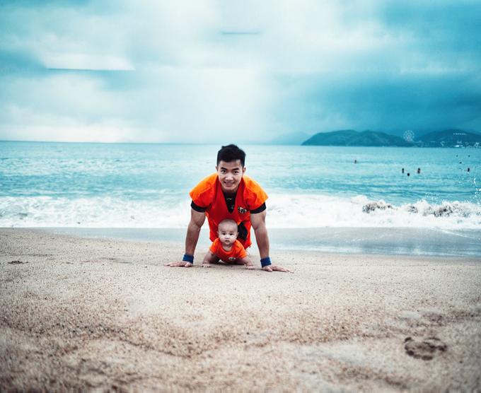 Heo đang ở tuổi thích khám phá thế giới xung quanh nên hay gặm mọi thứ trong tầm với và leo trèo.