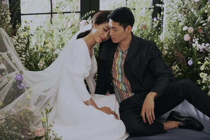 Cô dâu Minh Nguyệt, chú rể Minh Tùng là hai thí sinh bước ra từ cuộc thi Vietnams Next Top Model mùa thứ 3 và mùa thứ 7. Uyên ương không gặp nhau nhờ cuộc thi mà tình cờ chạm mặt ở một buổi khai trương cửa hàng makeup của người bạn.