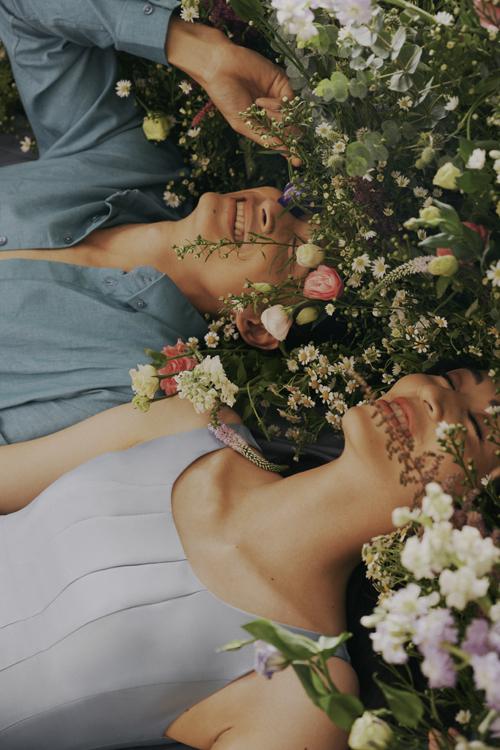Nhiếp ảnh gia đặt tên cho bộ hình là Thousand flowers (Ngàn hoa) bởi sự xuất hiện của hoa cỏ, lá cây trong từng khung hình.