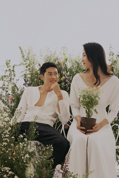 Ngoài những cái hôn, ánh nhìn âu yếm, từng cái chạm khẽ khàng đủ để thể hiện sự ngọt ngào trong tình yêu mà uyên ương dành cho nhau.
